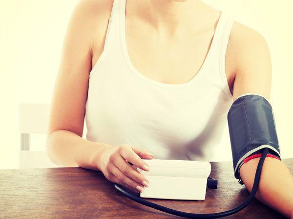 座って血圧を測る女性