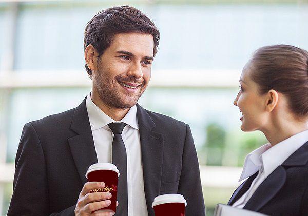 意中の男性と立ち話する女性社員