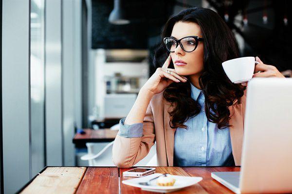 カフェで物思いにふける女性