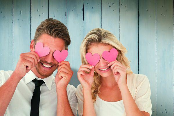 ハートで目隠しする幸せそうなカップル