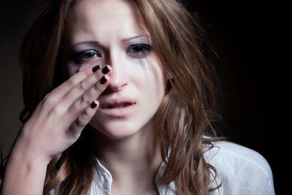 失恋して泣いている女性