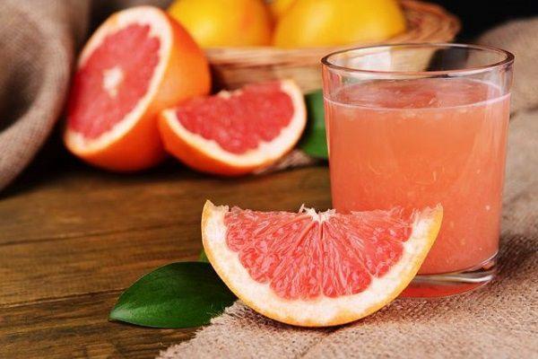 カットしたグレープフルーツとグレープフルーツジュース