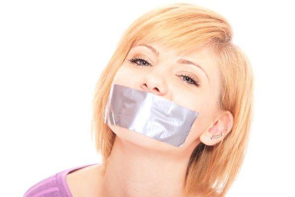 ガムテープで口をふさがれた女性