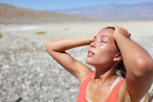 真夏に汗をかく女性