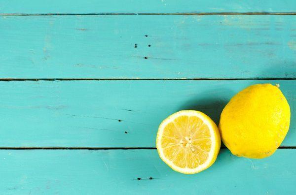 水色のベンチに置かれたレモン