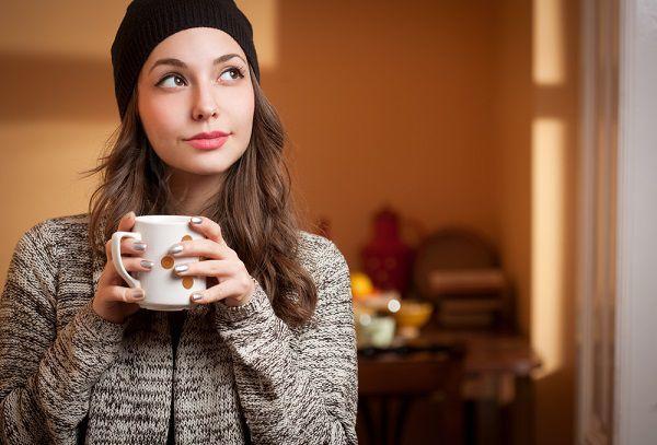 マグカップを持ち思いを馳せる女性