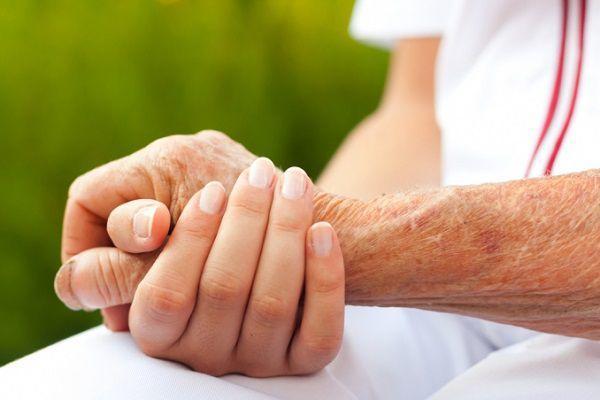 患者の手を握る看護師の手元