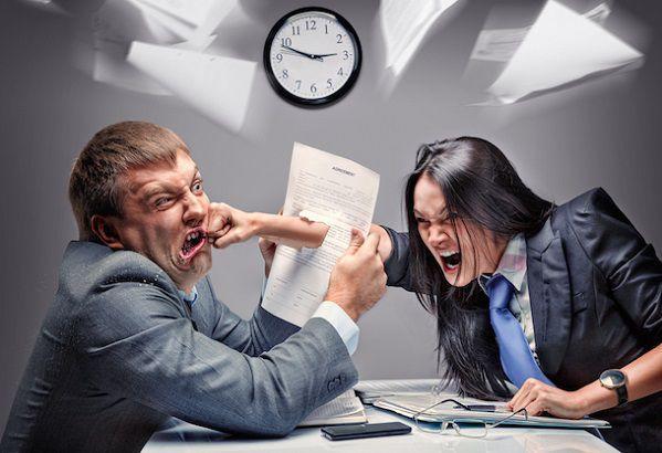 会社のデスクで上司にパンチする女性社員