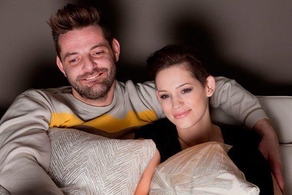 夜に映画を観る夫婦