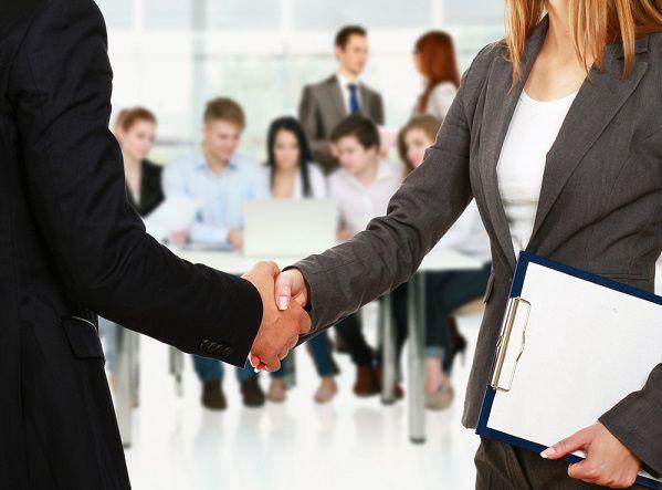 転職の挨拶で握手する女性