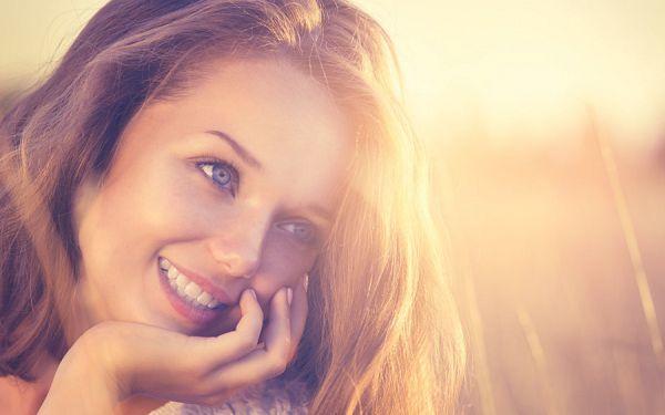 夕日を浴びて輝く女性の横顔