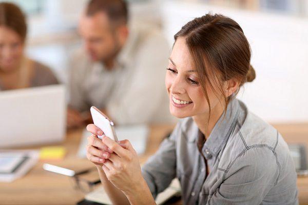 社内の親しい人へ退職挨拶のメールを送る女性
