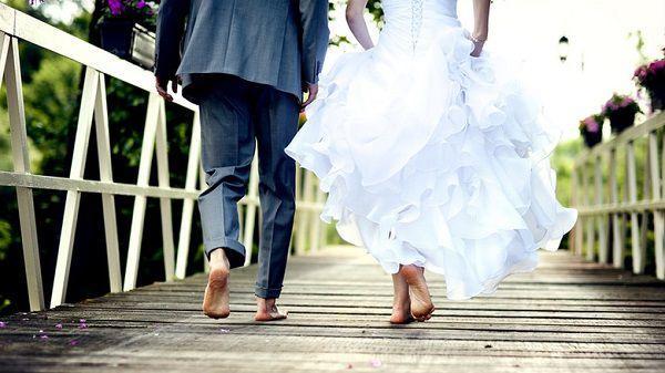 結婚式を抜け出す2人