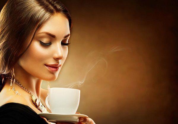 温かい飲み物を飲む女性