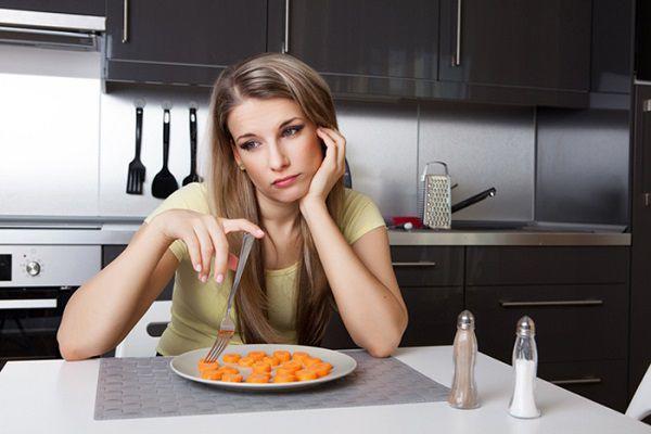 カロリー制限ダイエットをする女性
