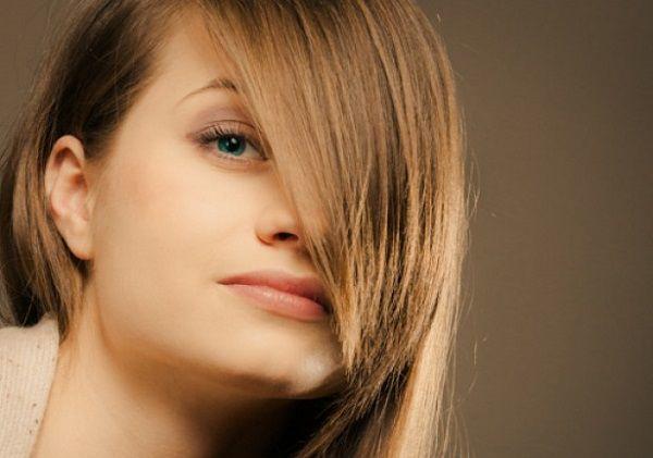 前髪で顔を隠した女性