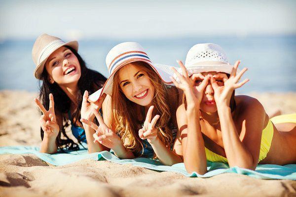 夏のビーチの女性たち