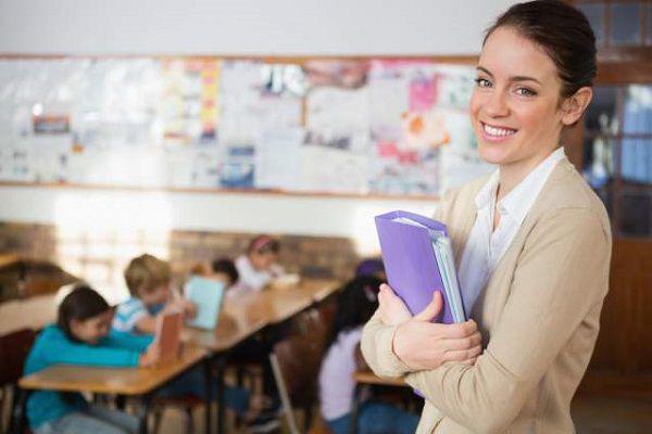 教室に立つ小学校教師