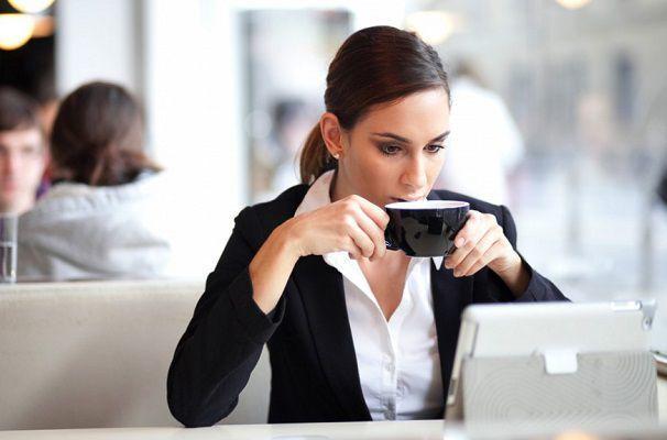 転職先を探す女性