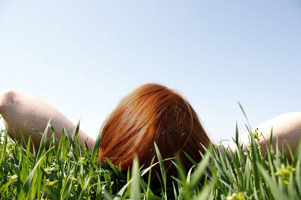 草むらで見上げる空