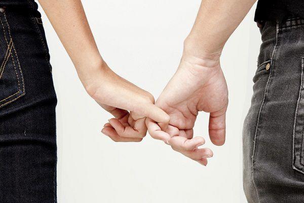 手汗のせいでデートで手をつなげない