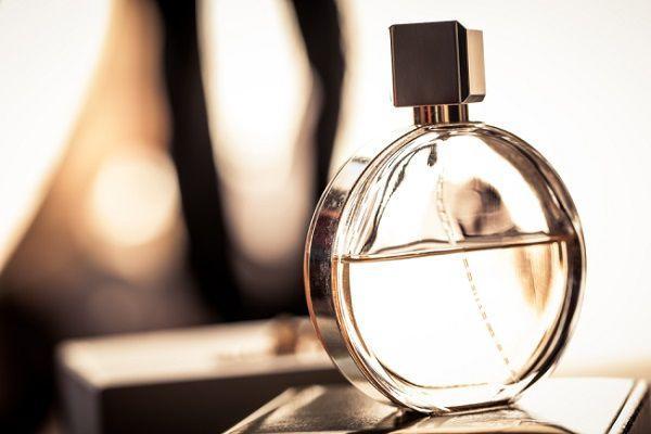 香水の残り香のする浮気夫
