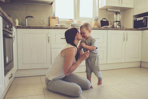 小さい子供とシングルマザー