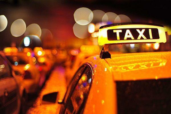 タクシーで送る