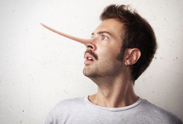 浮気の嘘をつく男性