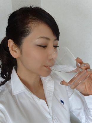 水素水を飲む水谷雅子さん