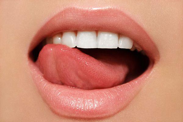 唇を舐める