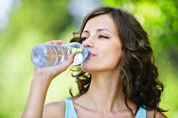 水素水を飲む美魔女