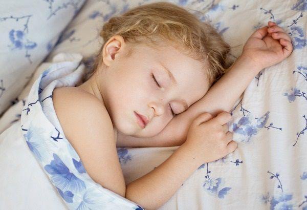 疲れて眠る子供