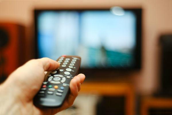 ゴロゴロしてテレビを見る
