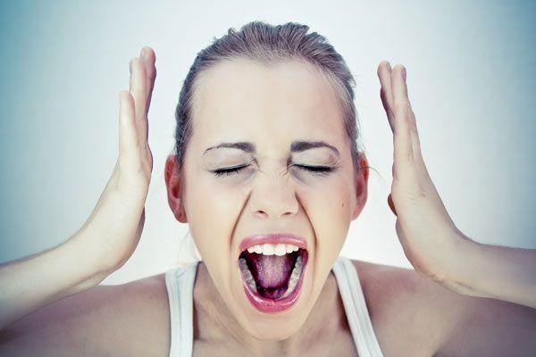 ストレスで叫ぶ女性